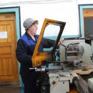 Лилия - представитель династии, работает токарем 30 лет