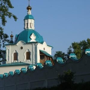 За стеной Спасо-Преображенский монастырь. Енисейск