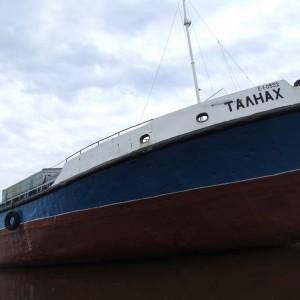 Сухогруз «Талнах» отходит от очистной станции в Подтесово