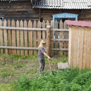 Редактор газеты «МК в Красноярске» Елена Уляшева дает урок по косьбе
