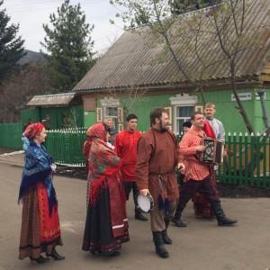Народный ансамбль у дома Астафьева в Овсянке