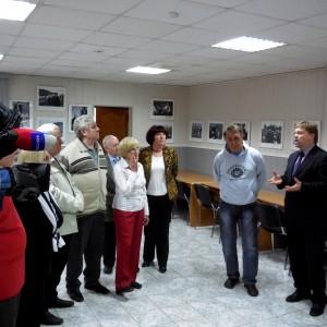 Перед гостями выставки выступает председатель Союза журналистов Красноярского края Василий Нелюбин. Фото Геннадия Каледы