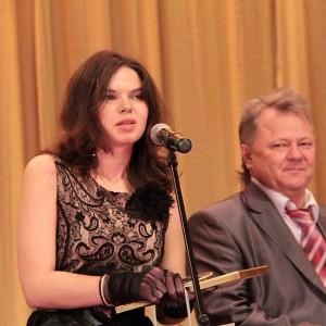 Премию за Журналистское расследование взяла красавица Кристина Сергеева из Аргументов недели