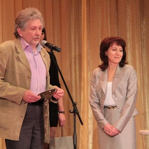Член жюри, журналист и поэт Александр Елтышев вручил приз за Лучшую корпоративную газету журналу Синева, и объяснил, что такое Синева на самом деле.