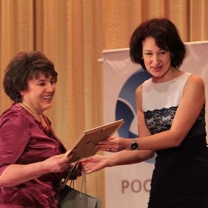 Великолепная Ярослава Кебич вручила приз приз Лучшего очеркиста Ольге Вавиленко из газеты Сельская жизнь