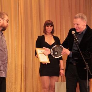 Член жюри Олег Тихомиров недолго уговаривал Артема Яковлева получить приз Лучшего репортера