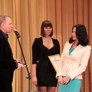 А вот красавицу Александру Ли - победительницу в номинации Лучший телерепортер - Олег явно пытался заговорить