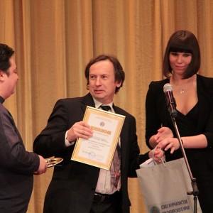 А вот редактор сайта Дела.ру Дмитрий Болотов - победитель в номинации Интернет-СМИ, чем то явно поразил Владимира Пантелеева