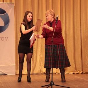 Алине Кочерженко, ведущей вечера - за Почетной грамотой - даже не пришлось подниматься на сцену