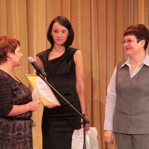 Представитель компании ТГК-13 Лариса Кошкина посчитала, что Любовь Цевун получила мало наград. И тоже вручила ей награду.
