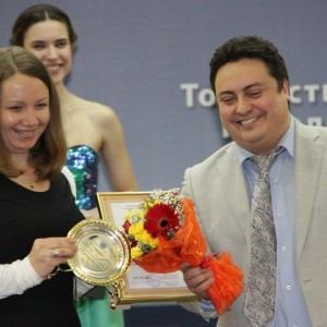 Дмитрий Болотов вручает премию победительнице в номинации Журналистское расследование Светлане Хустик - за статью «Катастрофа, которой нет» в газете «Аргументы и факты на Енисее»