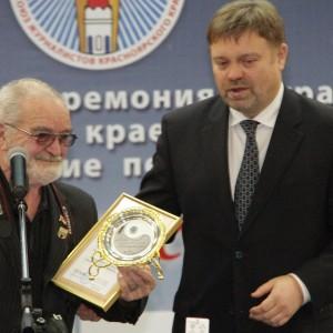 Василий Нелюбин вручает премию За творческое долголетие ветерану журналистики Валерию Безмайленко