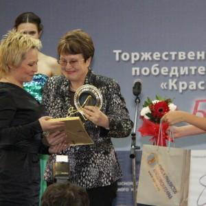Главный редактор газеты Канские ведомости Любовь Цевун вручает награжу победительнице в номинации Лучшая городская газета Елене Глазуновой, главному редактору газеты Город и горожане, г. Железногорск