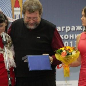 Известный фотограф и журналист Виталий Иванов вручает премию памяти своего отца Бориса Иванова «За верность профессии журналист» Галине Кошкиной.