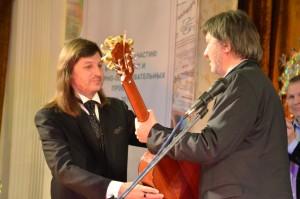 Заслуги журналиста Геннадия Каледы отметил партнер церемонии Виктор  Димитров, директор магазина Музыкальный арсенал