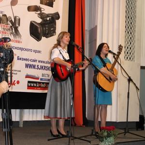 На сцене: дуэт Оксана Власова и Марина Журавлева, Енисейская правда