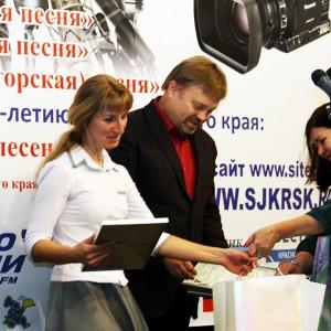 Оксана Власова получает награду