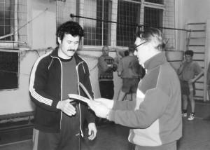 Юрий Николаевич, преподаватель Канского педагогического колледжа, вручает диплом победителя соревнований по силовому троеборью. Конец 90-х прошлого века.